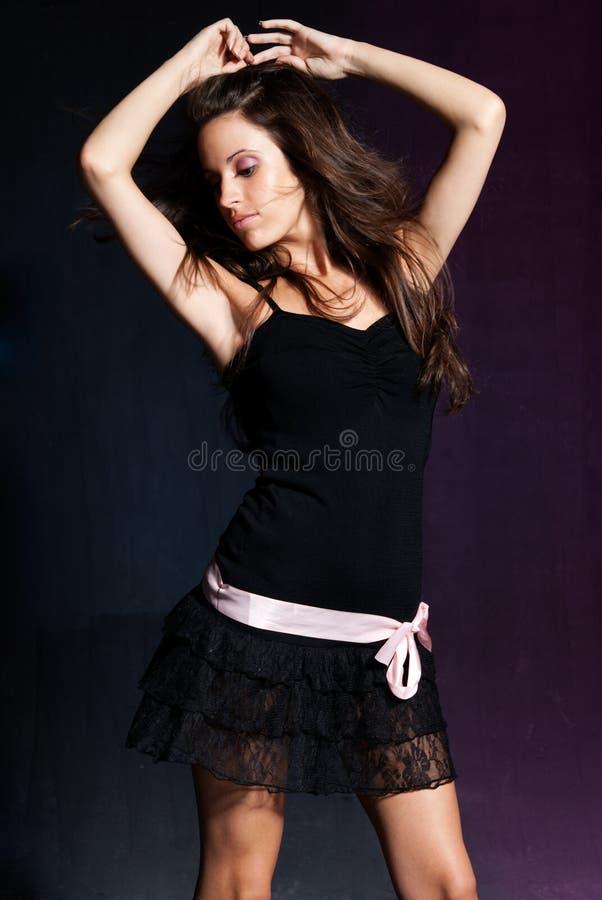 Dança da rapariga no disco. Azul e roxo foto de stock