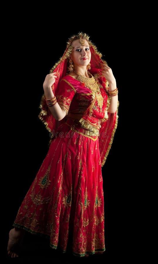 Dança da rapariga no traje oriental indiano vermelho imagens de stock
