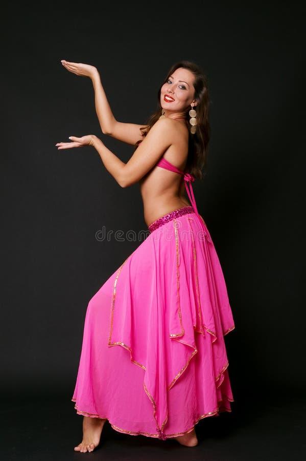 Dança de barriga atrativa da dança da mulher imagens de stock royalty free