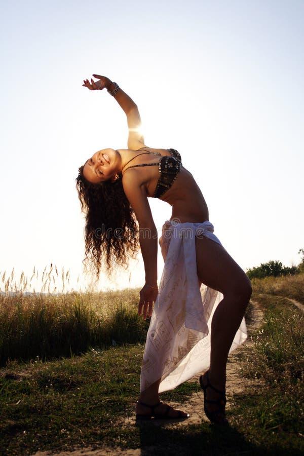 Dança de barriga da dança da mulher imagens de stock