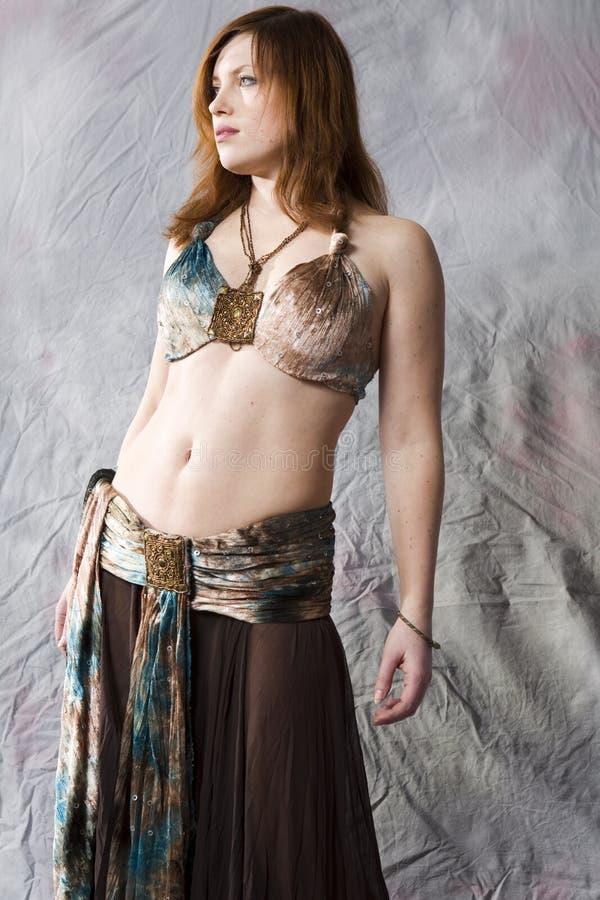 dança de barriga da dança da mulher no traje tradicional imagens de stock