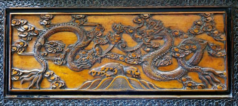 Dança de dois dragões cinzelada na madeira do louro da cânfora foto de stock