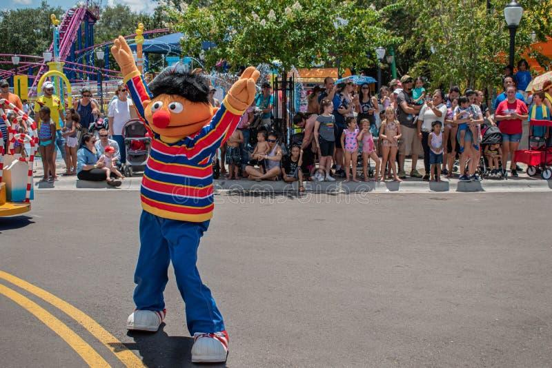 Dança de Ernie na parada do partido do Sesame Street em Seaworld 5 imagens de stock royalty free
