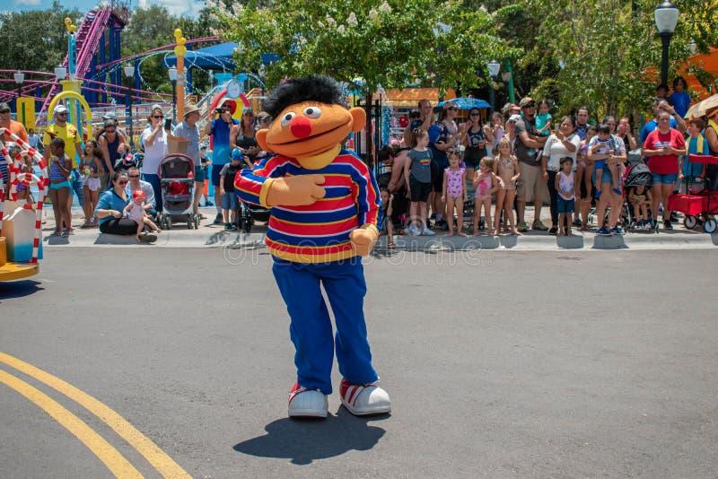 Dança de Ernie na parada do partido do Sesame Street em Seaworld 1 imagens de stock
