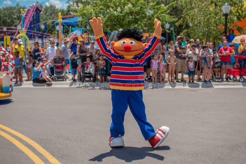 Dança de Ernie na parada do partido do Sesame Street em Seaworld 2 fotos de stock