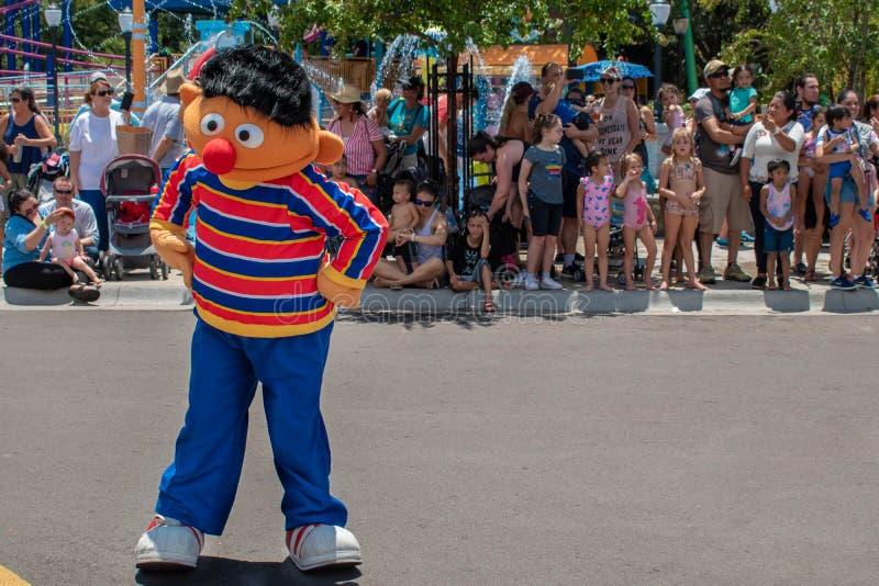Dança de Ernie na parada do partido do Sesame Street em Seaworld 4 fotos de stock royalty free
