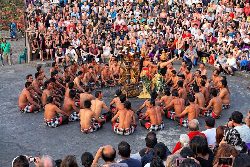 Dança de Kecak do Balinese no templo de Uluwatu, Bali fotografia de stock royalty free