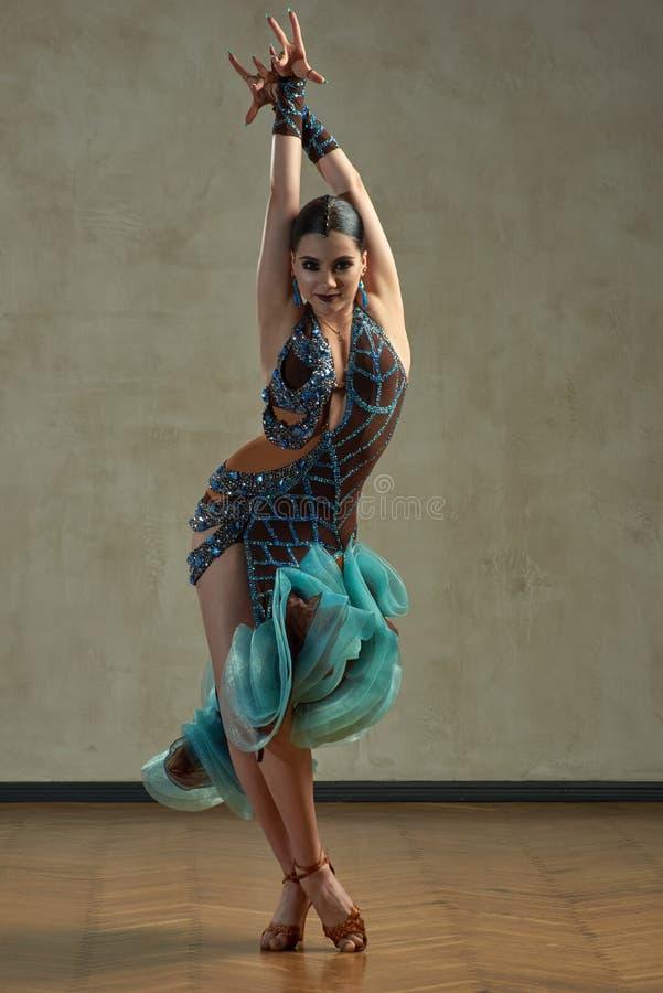 Dança de salão de baile atrativa da dança da mulher fotografia de stock