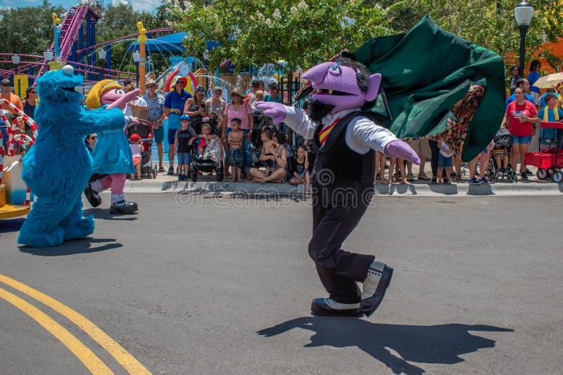 Dança de von Contagem da contagem na parada do partido do Sesame Street em Seaworld fotografia de stock