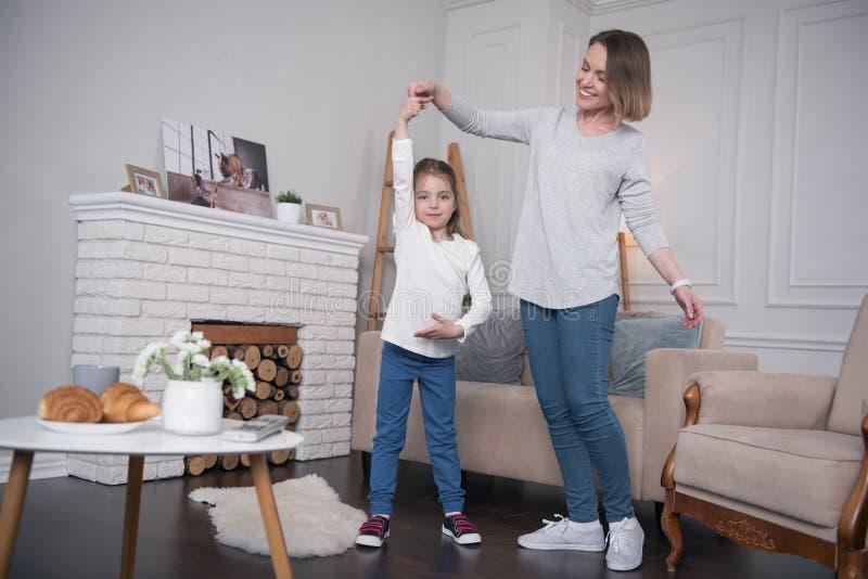 Dança deleitada da menina com sua mamã fotos de stock