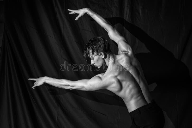 Dança despida muscular 'sexy' bonita do homem despida fotografia de stock