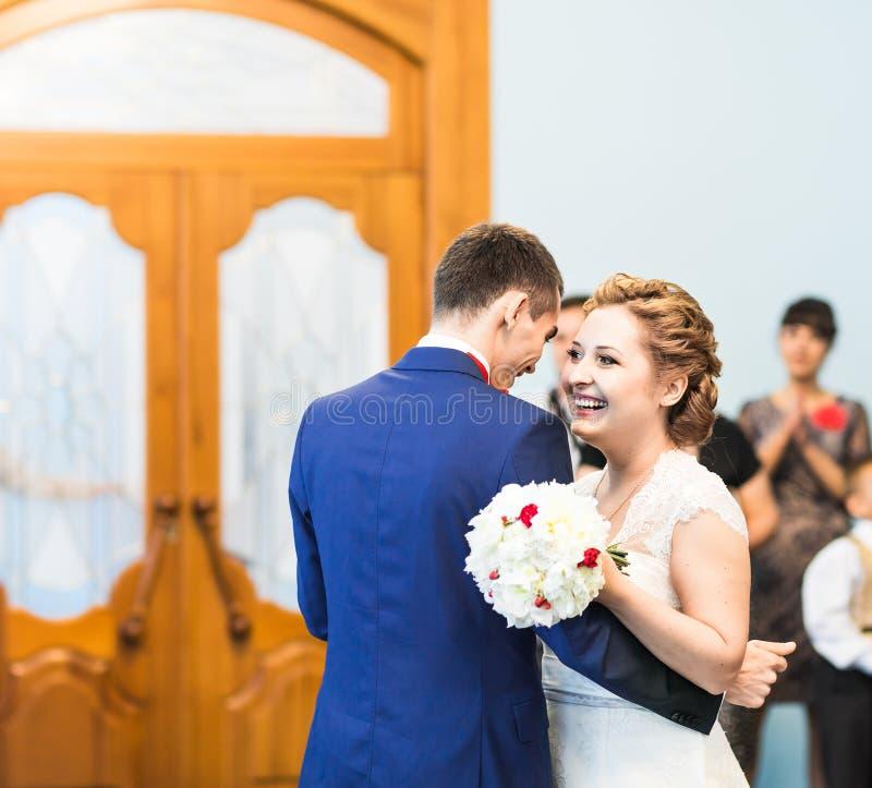 Dança do casamento dos noivos imagens de stock royalty free