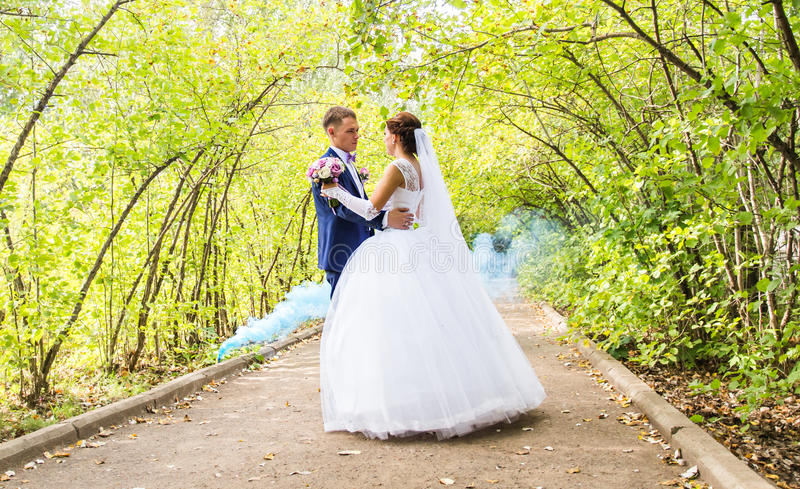 Dança do casamento dos noivos imagens de stock