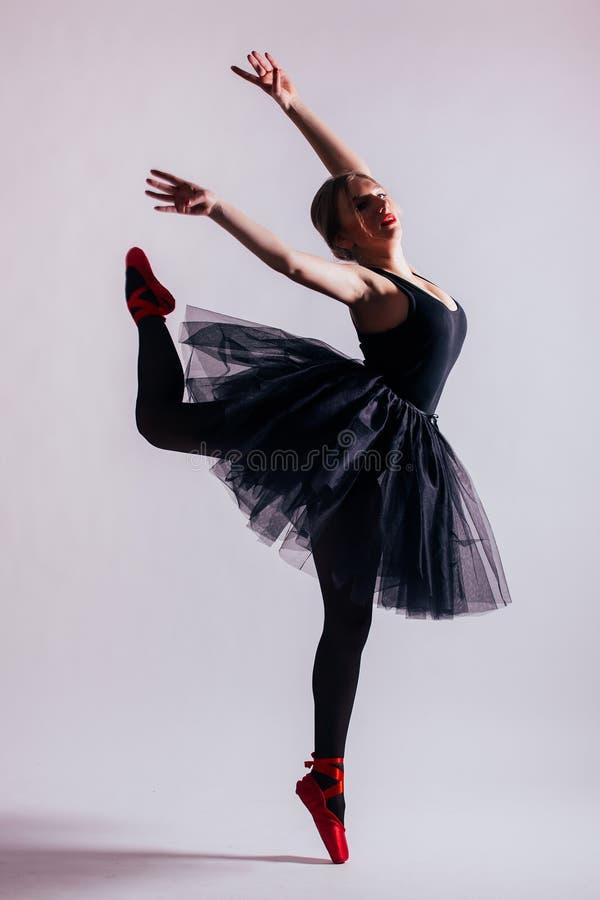 Dança do dançarino de bailado da bailarina da jovem mulher com o tutu na silhueta imagens de stock royalty free