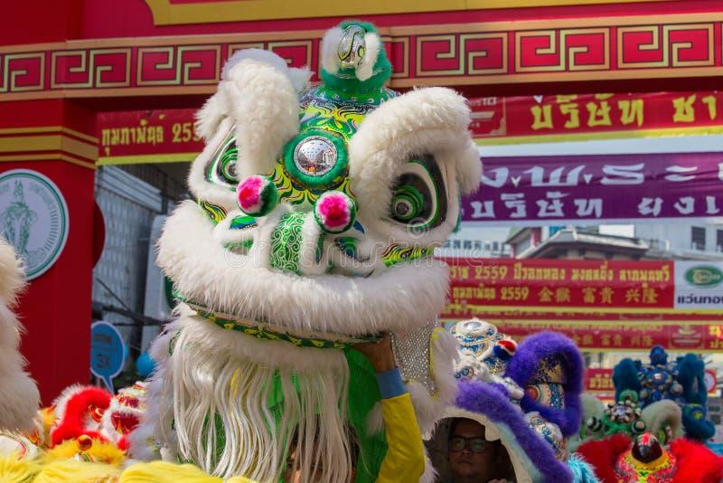 Dança do dragão durante o ano novo chinês da celebração em Banguecoque tailândia imagens de stock