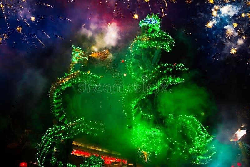 A dança do dragão executou para uma celebração lunar do ano novo fotos de stock