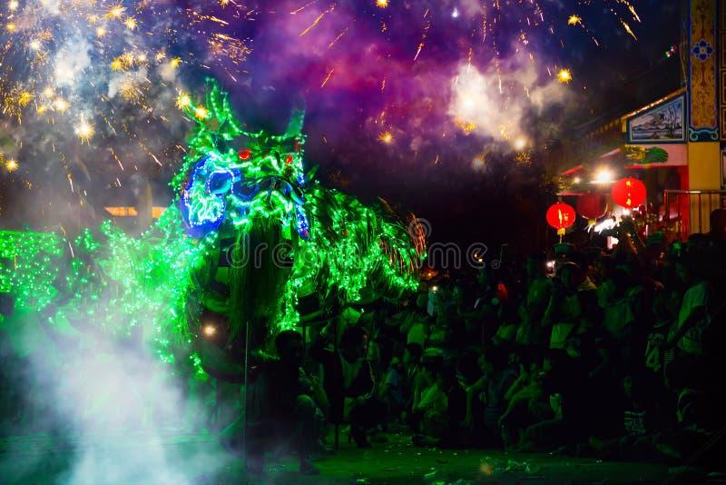 A dança do dragão executou para uma celebração lunar do ano novo imagens de stock royalty free