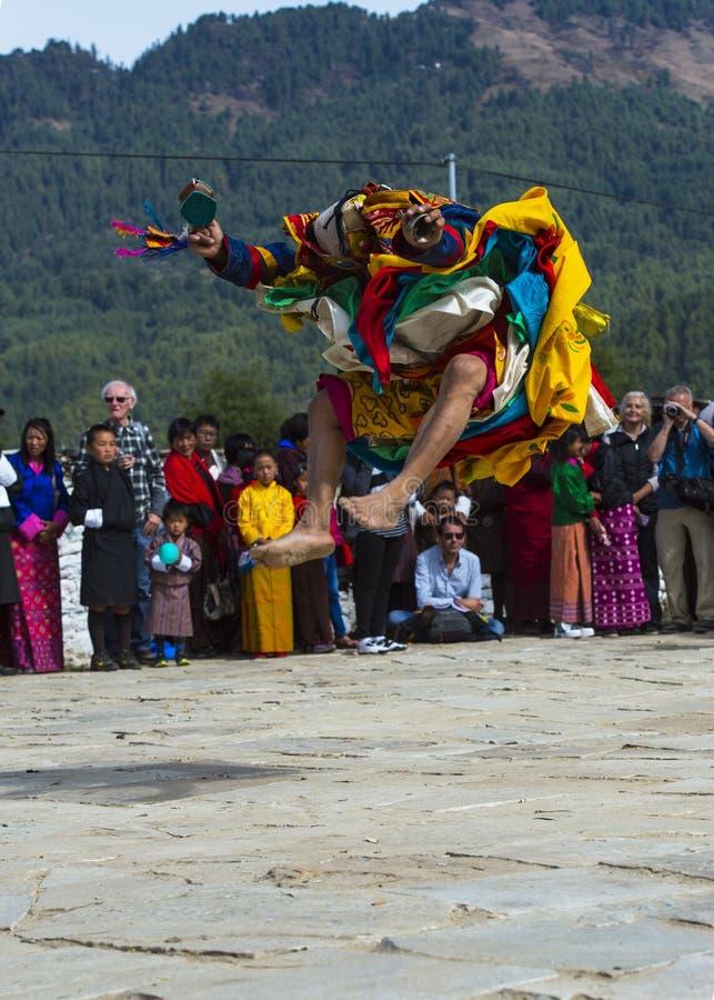 A dança do homem poderoso, um dançarino da Lama salta a elevação incrível, Bumthang, Butão central imagem de stock