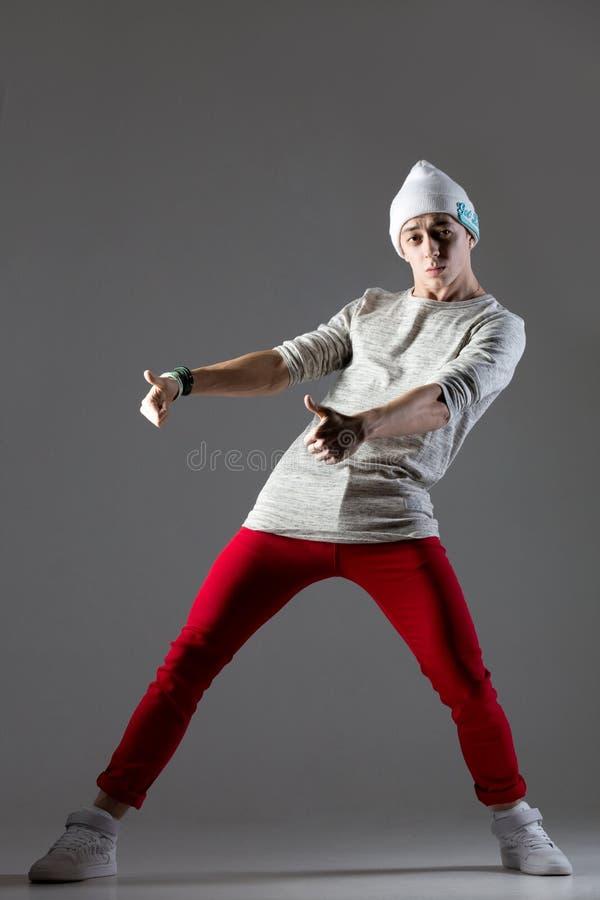 Dança do indivíduo no beanie foto de stock