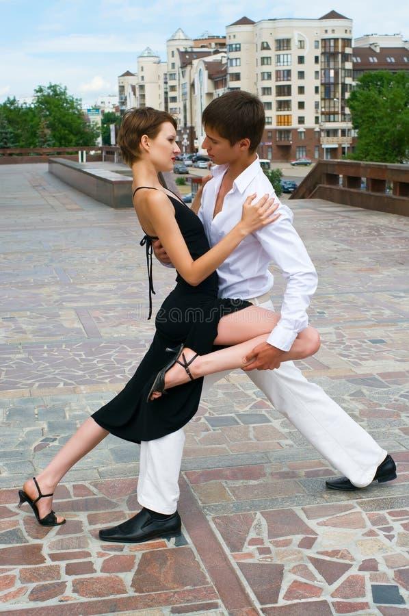 Dança do Latino da dança dos pares imagem de stock royalty free