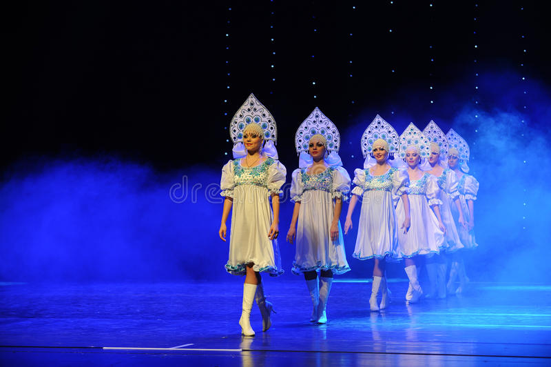 A dança do mundo da Áustria nacional do traje- do russo imagens de stock