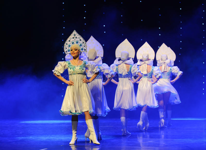 A dança do mundo da Áustria nacional do traje- do russo foto de stock