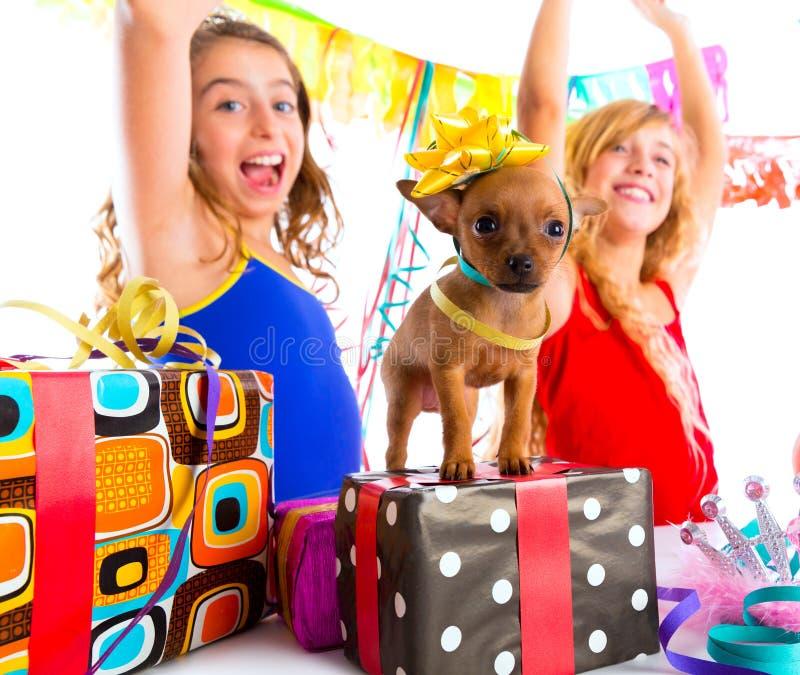 Dança do partido das namoradas com presentes e cachorrinho fotografia de stock