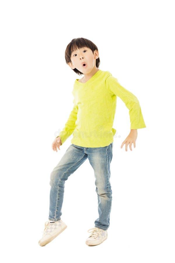 dança do rapaz pequeno para a celebração imagens de stock