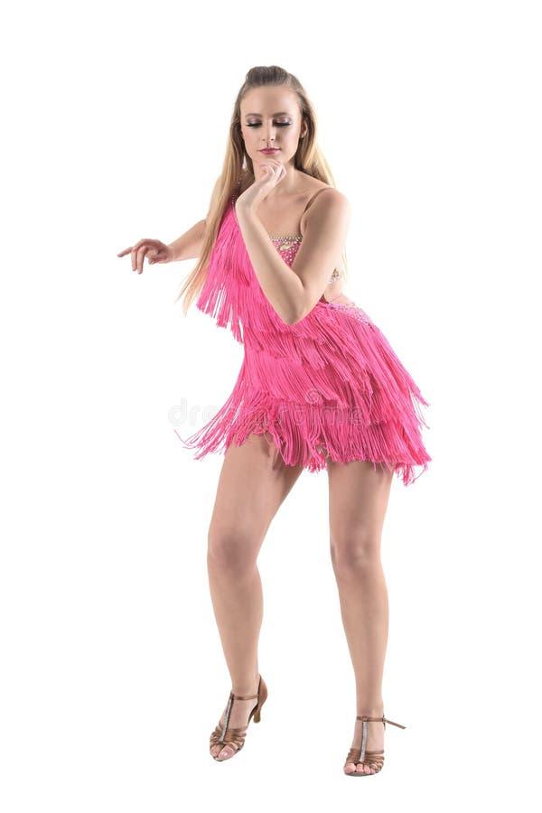 A dança do samba da dança do dançarino da mulher profissional no rosa franjou o vestido que olha para baixo fotografia de stock