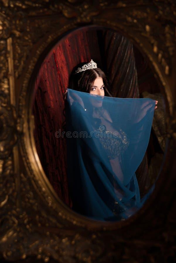 Dança do ventre da dança da mulher com xaile Refletido no espelho Estético do leste imagens de stock