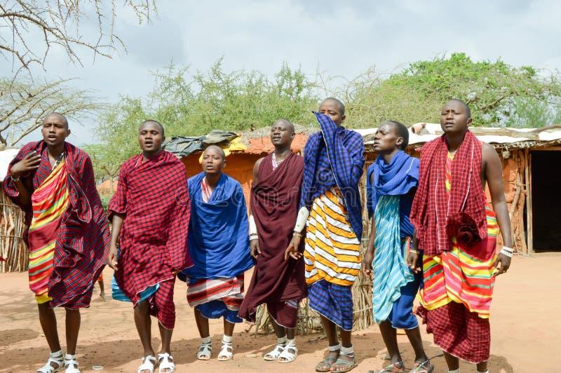 Dança dos aldeões em uma vila imagem de stock royalty free