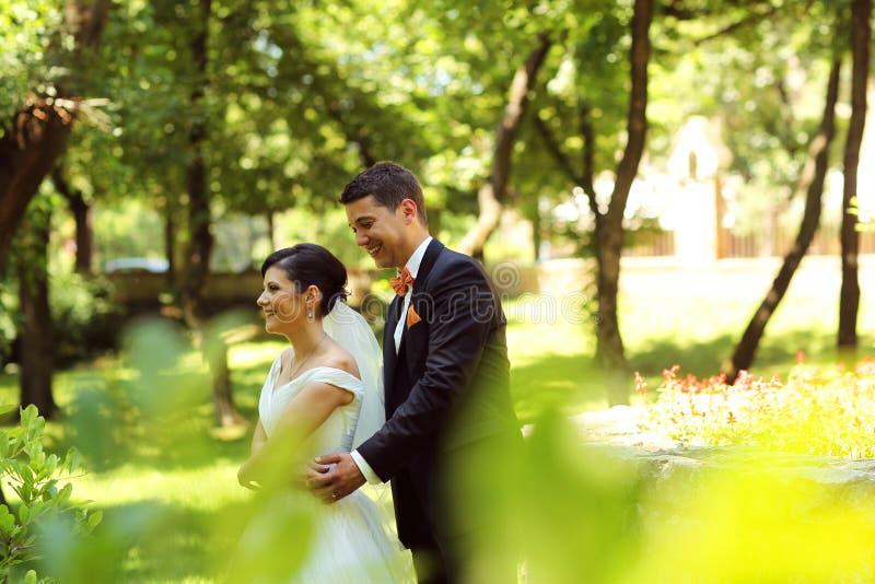 Dança dos noivos no parque foto de stock royalty free