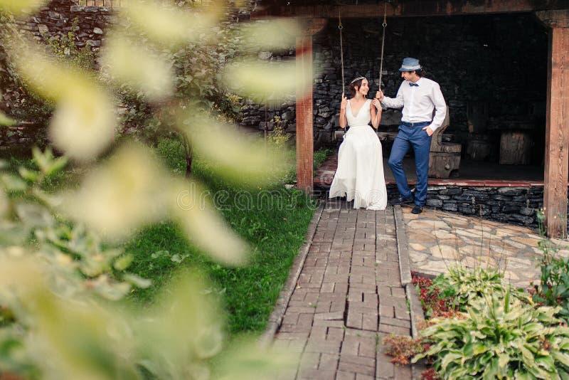 A dança dos noivos no parque imagem de stock royalty free