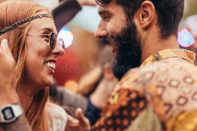 Dança dos pares da hippie no festival de música imagens de stock