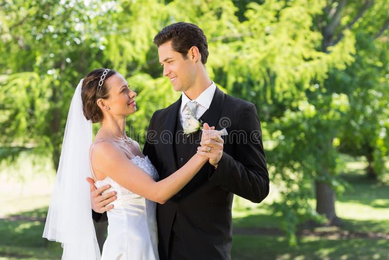 Dança dos pares no dia do casamento imagem de stock royalty free