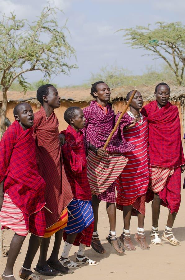 Dança dos povos do Masai imagens de stock