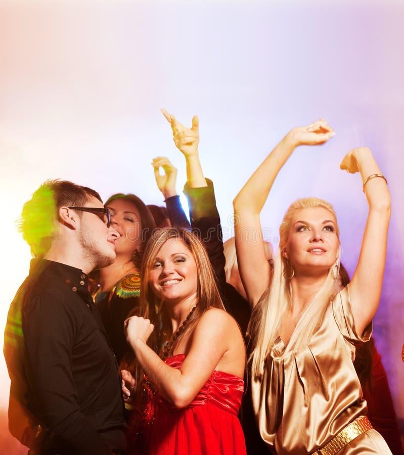 Dança dos povos no clube de noite fotografia de stock royalty free