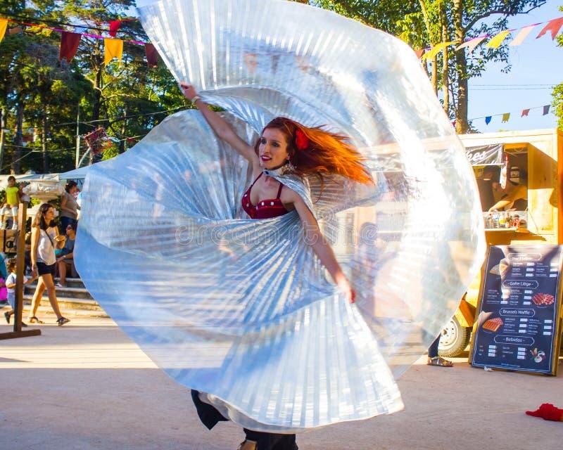 Dança dos véus durante uma réplica de um festival medieval português foto de stock royalty free