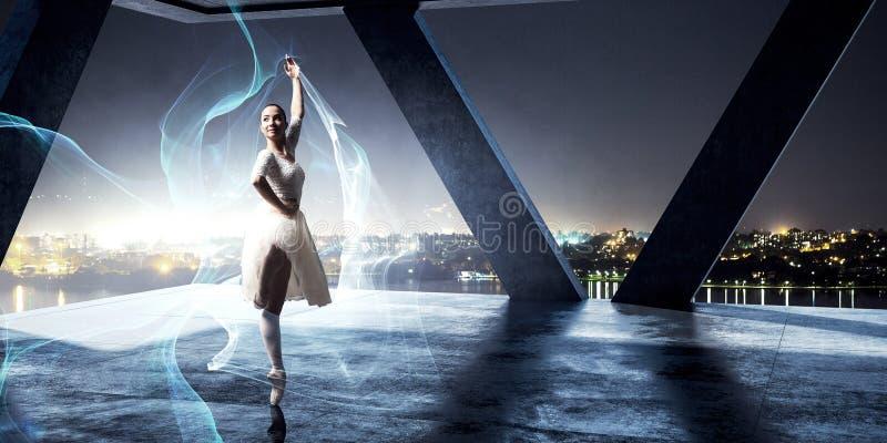 dança elegante da bailarina Meios mistos imagem de stock royalty free