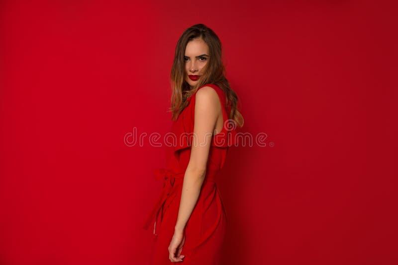 Dança elegante glamoroso da senhora durante o photoshoot interno Estúdio disparado da mulher caucasiano magnífica fotos de stock