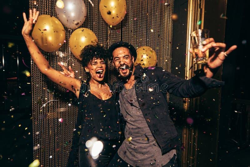 Dança energética dos pares no clube noturno foto de stock royalty free