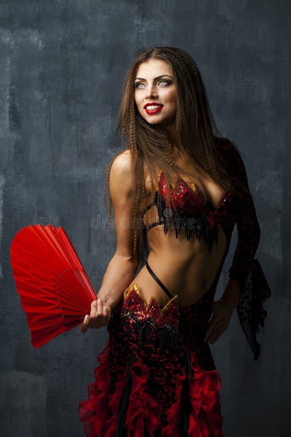 Dança espanhola tradicional do dançarino do flamenco da mulher em um vestido vermelho foto de stock