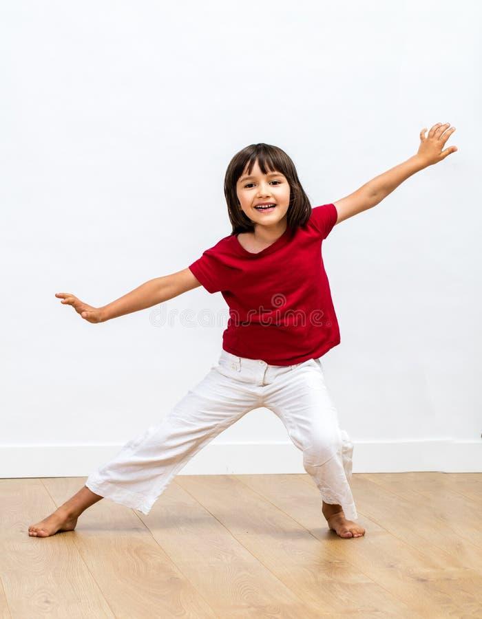 Dança excitada da moça, exibição seu sorriso que expressa emoções positivas imagens de stock