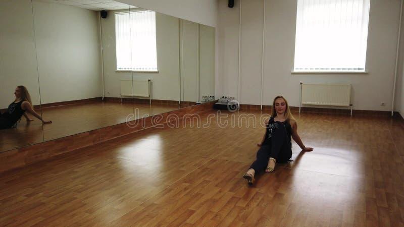 Dança fêmea do treinamento do dançarino ao ensaiar no estúdio da dança imagem de stock royalty free