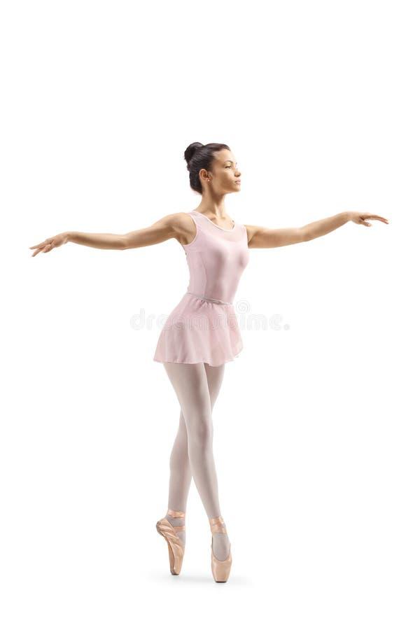 Dança fêmea nova do dançarino de bailado na ponta do pé foto de stock royalty free
