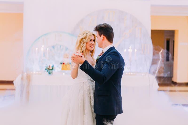 Dança feliz dos noivos graciosamente Celebração do casamento fotos de stock