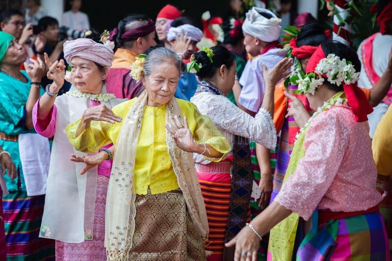 Dança Fon Phee do espírito a alma de povos de Lanna no norte de Tailândia fotografia de stock