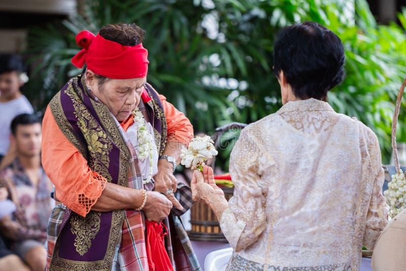 Dança Fon Phee do espírito a alma de povos de Lanna no norte de Tailândia fotos de stock