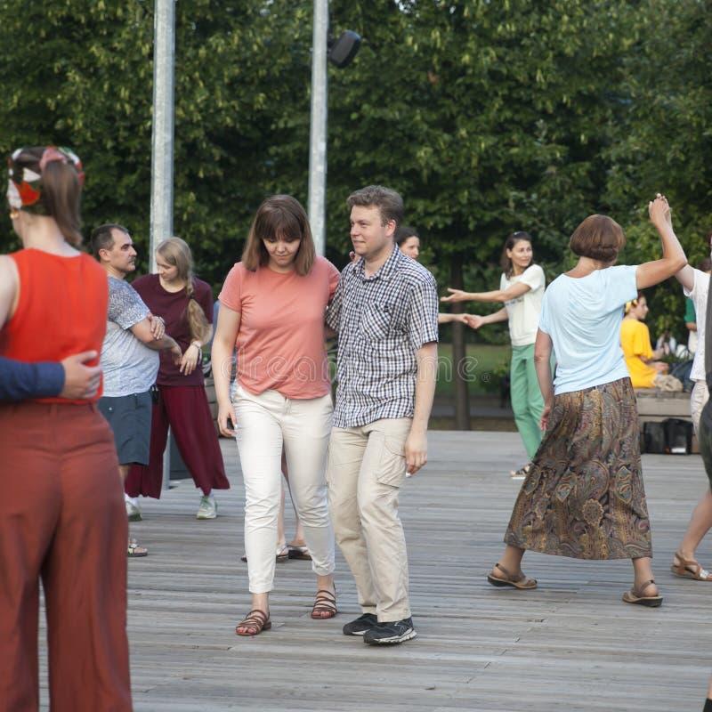 Dança fora no parque na terraplenagem de Pushkinskaya fotos de stock