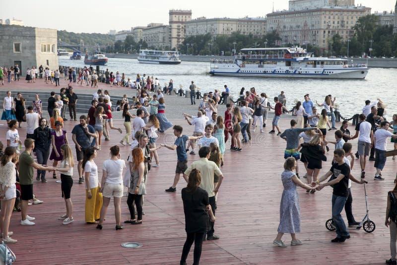 Dança fora no parque na terraplenagem de Pushkinskaya imagem de stock